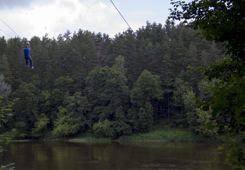 På väg över floden....