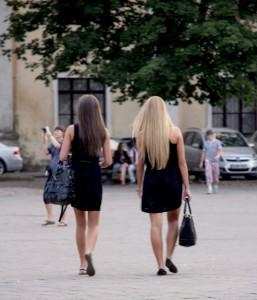 Alla tjejer har långt utsläppt hår, väldigt tjusiga. Ser ut som de skall på fest.