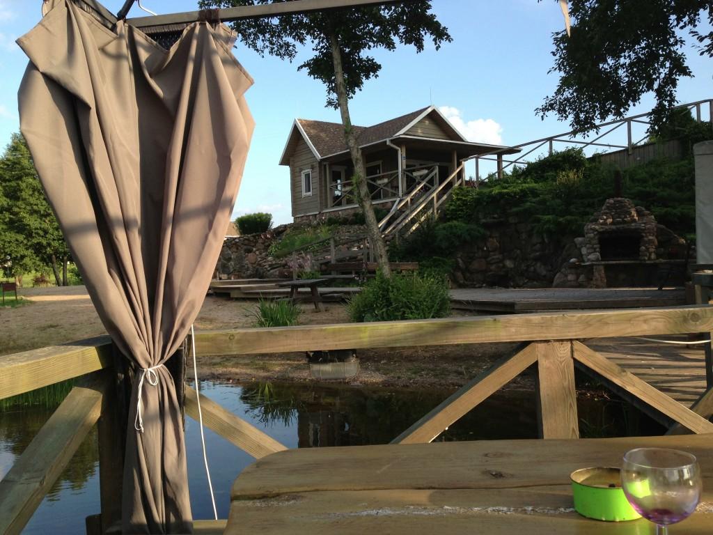 Vårt lilla hus, kortet taget ifrån bryggan efter att ha tömt vinet...