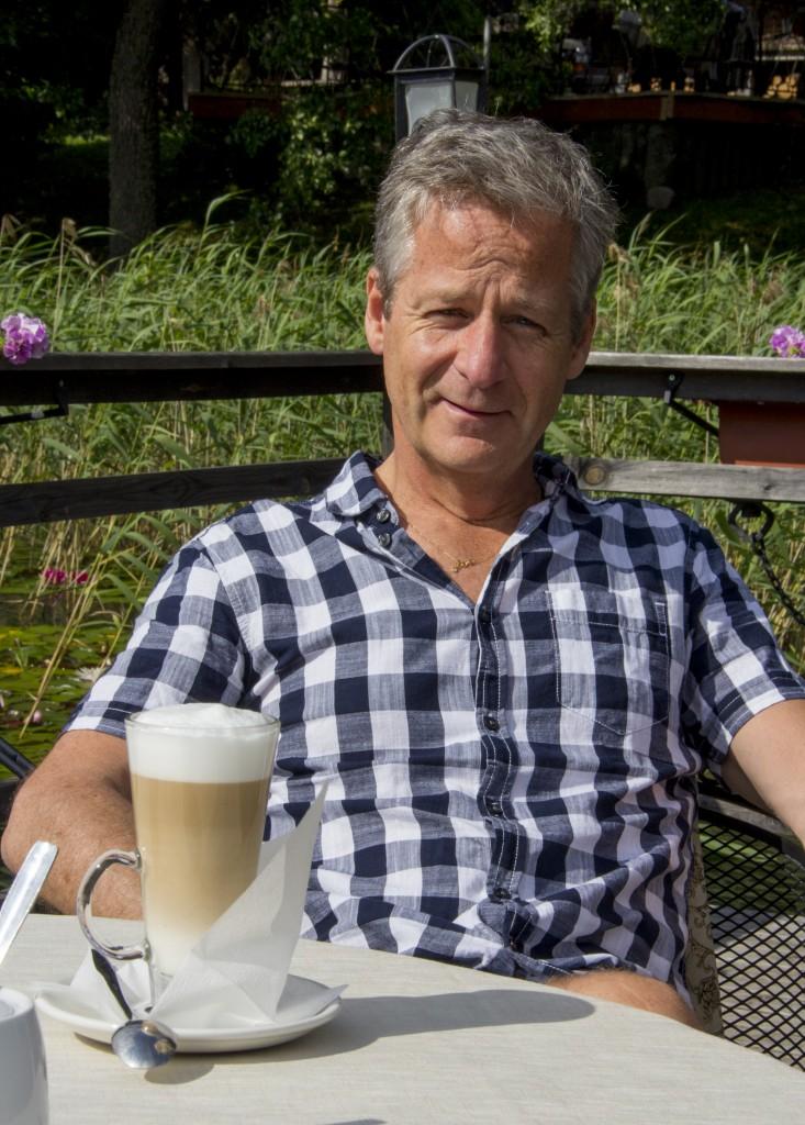 På bryggan ute i sjön, sol och en latte och bland näckrosor. Inte illa. En pärla 60 mil från Stockholm.
