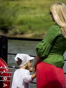 En mamma med barn som var med på vår tripp med kanalbåten. Klädd för fest med lång klänning. Något att ta efter kanske?