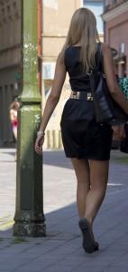 En annan typisk tjej, uppklädd för fest en måndag eftermiddag på stan